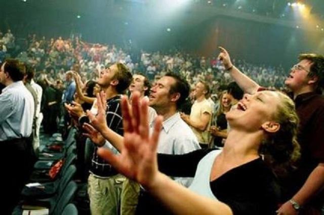 evangelicals-worshiping